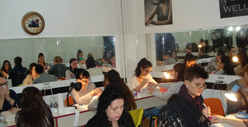 La curs de stilist protezist unghii