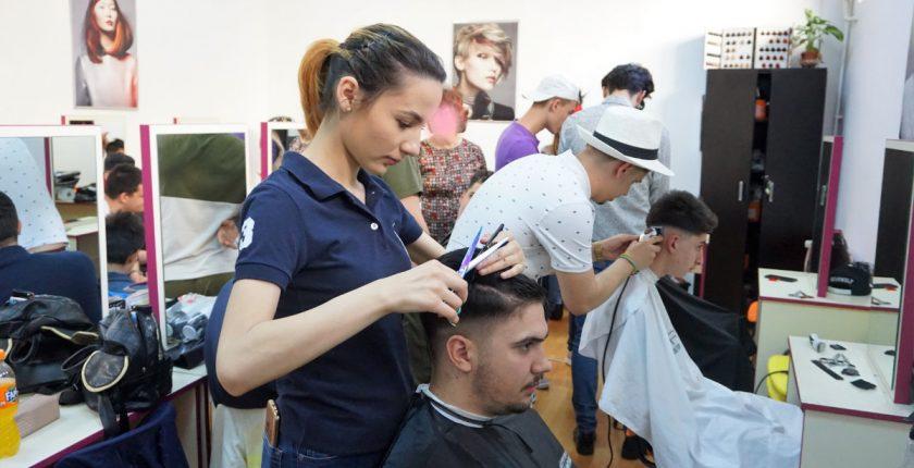Studenti sesiune practica curs frizer - Centrul Athena